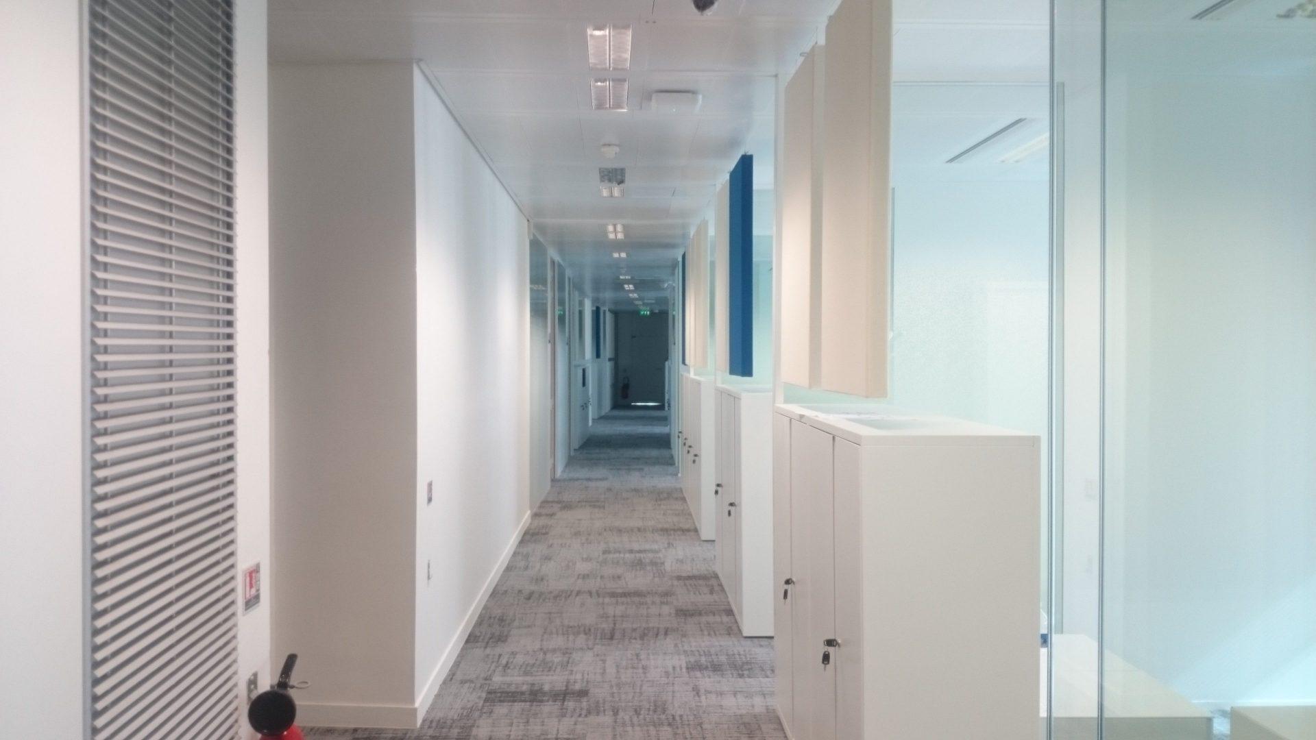 Couloir avec extincteur et rangements fermés
